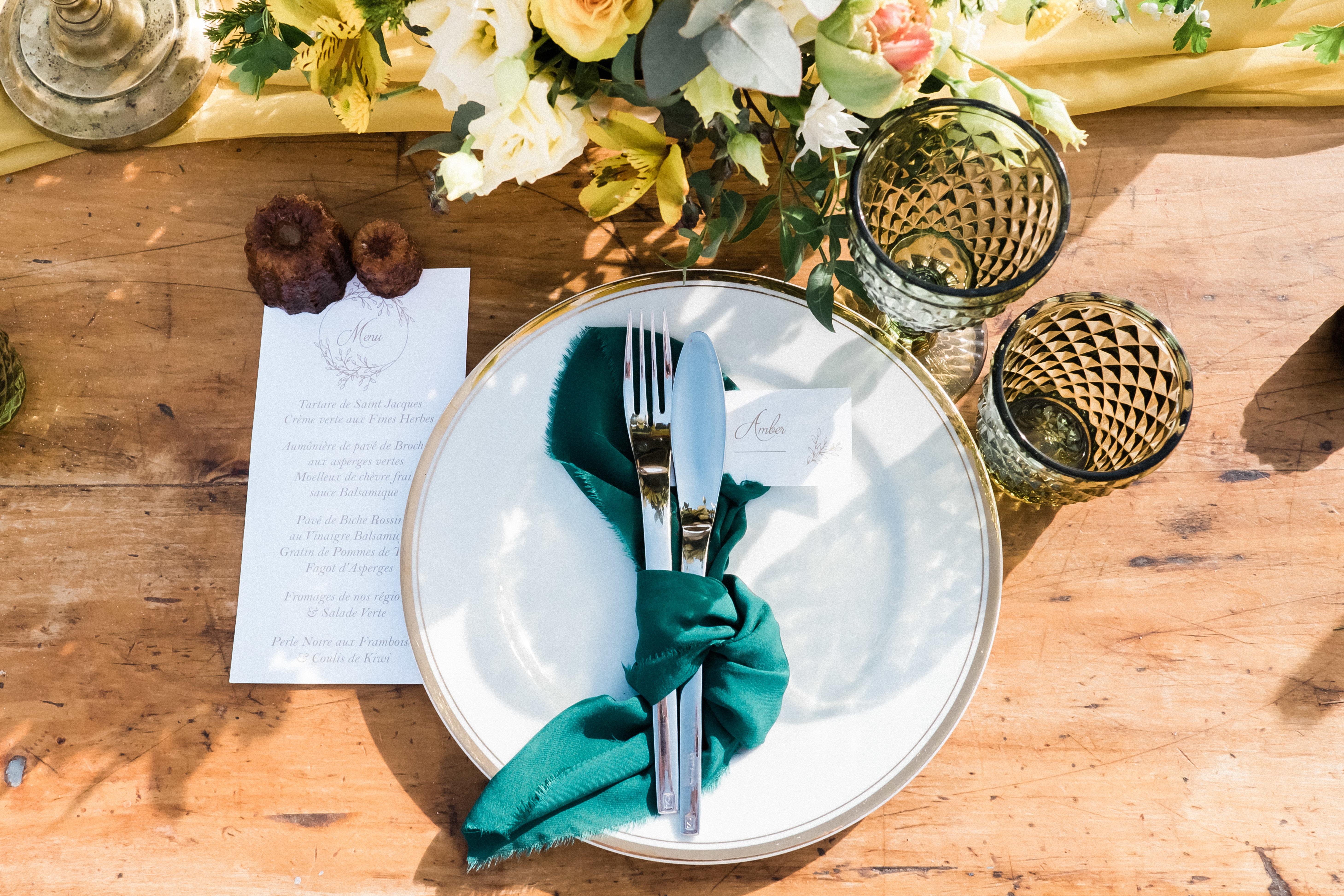 Menu et marque-place mariage élégant couleur moutarde